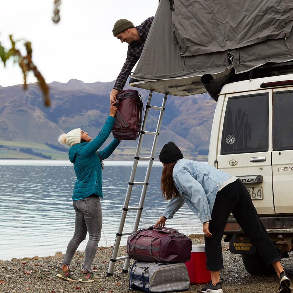 Flexible Reisetaschen lassen sich beim Camping optimal verstauen