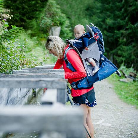 Mama oder papa wandern, der Nachwuchs darf in der Kindertrage mit auf Tour.