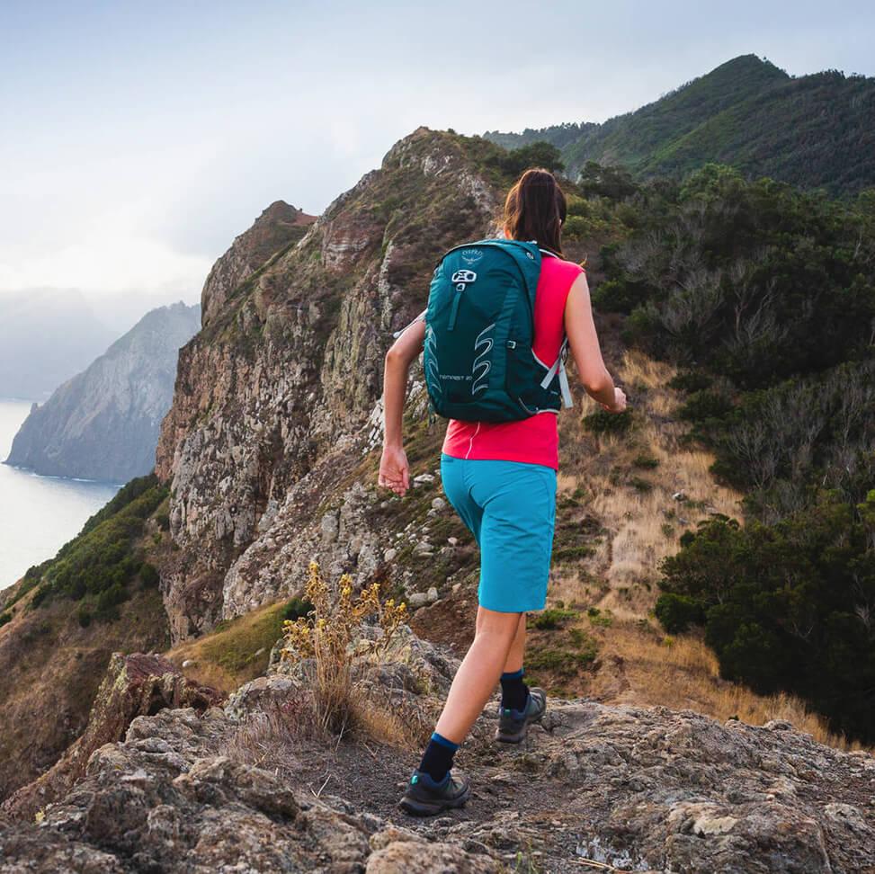 Ob Wandern oder Trekking: Rucksäcke für Frauen sind speziell an die weibliche Anatomie angepasst.