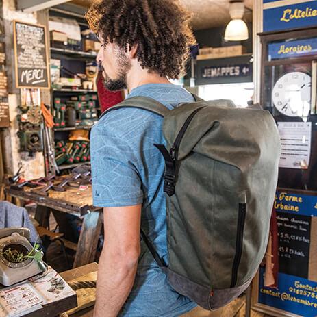 Ein Rucksack verteilt das Gewicht gleichmäßig und schont den Rücken.