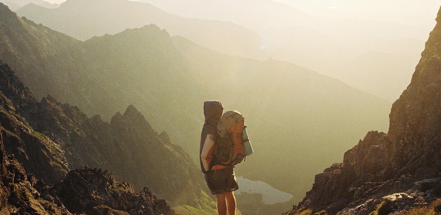 Hochgefühl: Mann auf Trekkingtour in den Bergen