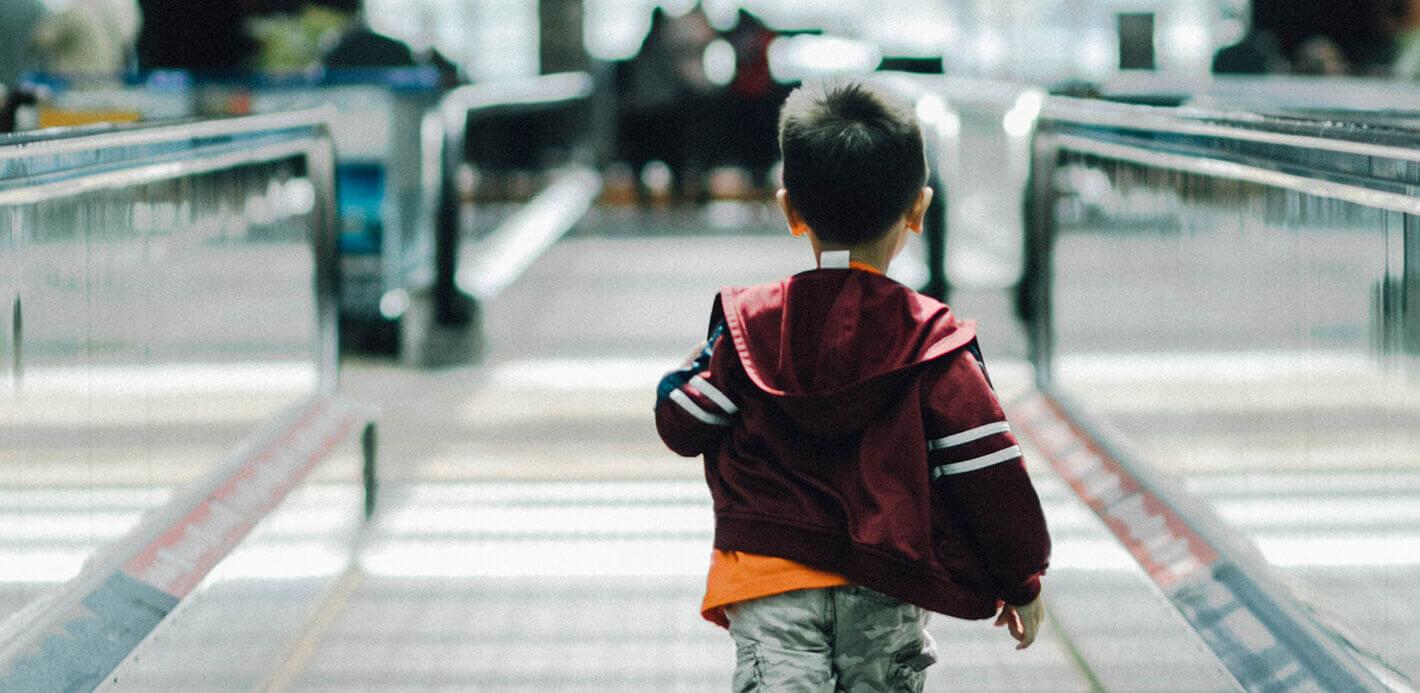 Mit Kind am Flughafen: Spannendes im Handgepäck verkürzt die Wartezeit.