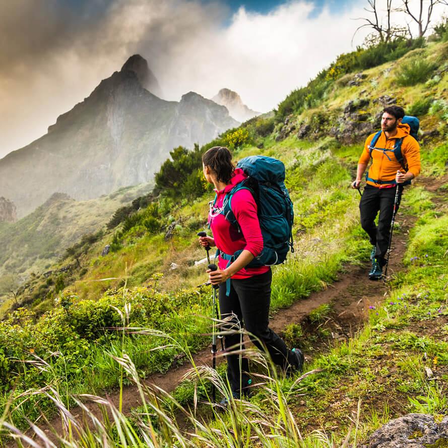 Beim Trekking muss der Rucksack viel Platz für Wechselkleidung, Drogerieartikel und Schlafutensilien bieten.