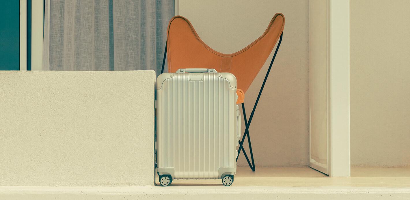 Design trifft Materialkunst: Rimowa Koffer in Silber.