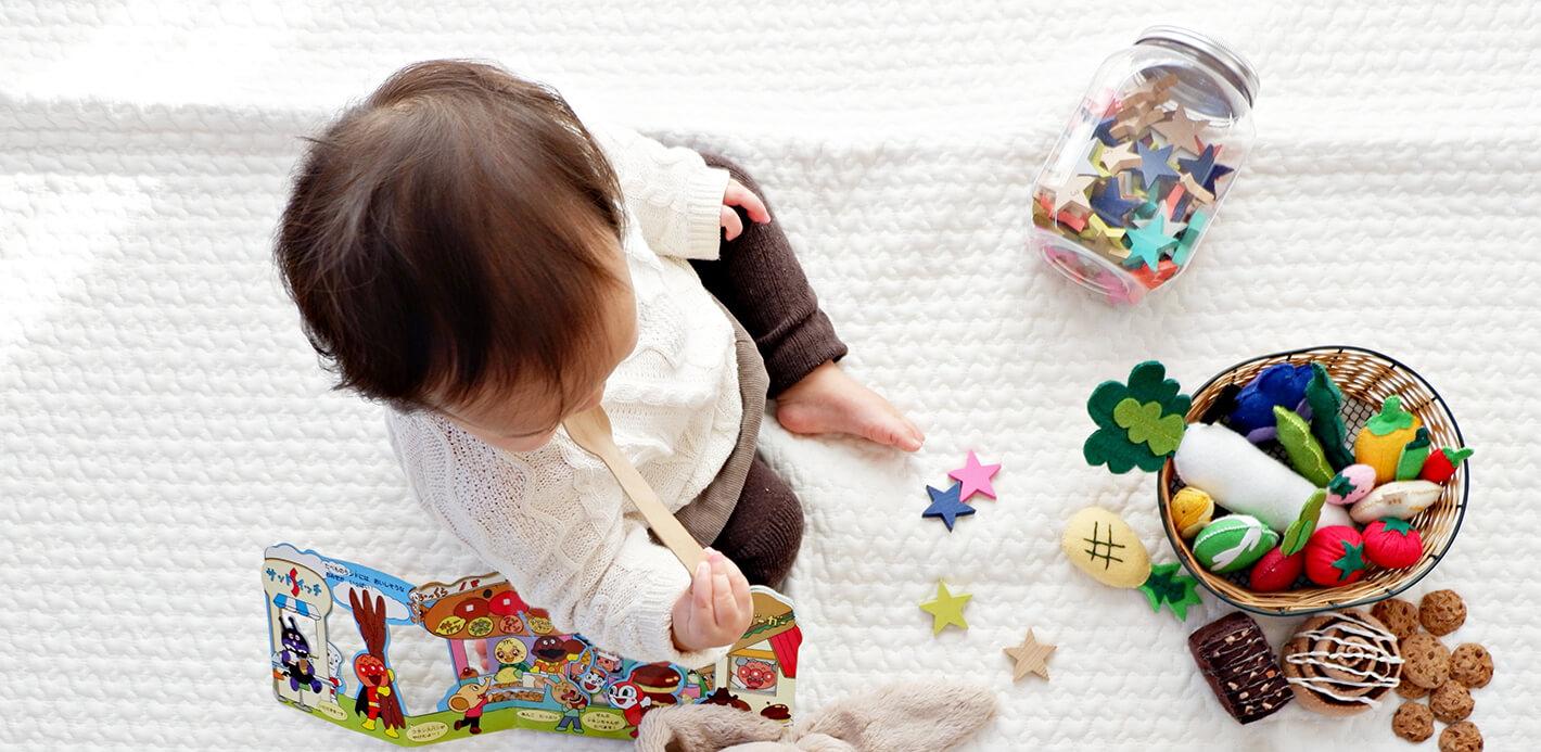 Auch etwas zum Spielen für das Kind gehört in die Wickeltasche.